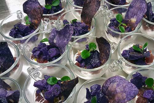 Tonno marinato agli agrumi con stacciatella di burrata e patata viola